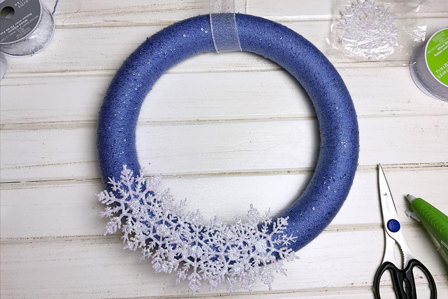 snowflake yarn wreath tutorial
