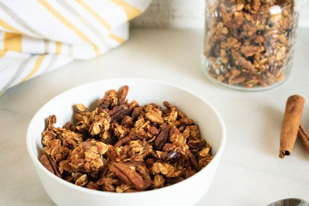 Easy granola recipe with pumpkin and pecans