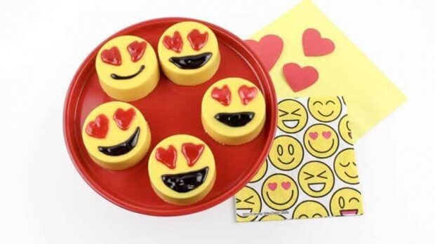 Heart-Eyes-Emoji-Valentine-Oreos-8