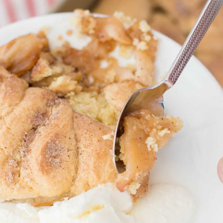 snickerdoodle-apple-cobbler-served-with-ice-cream